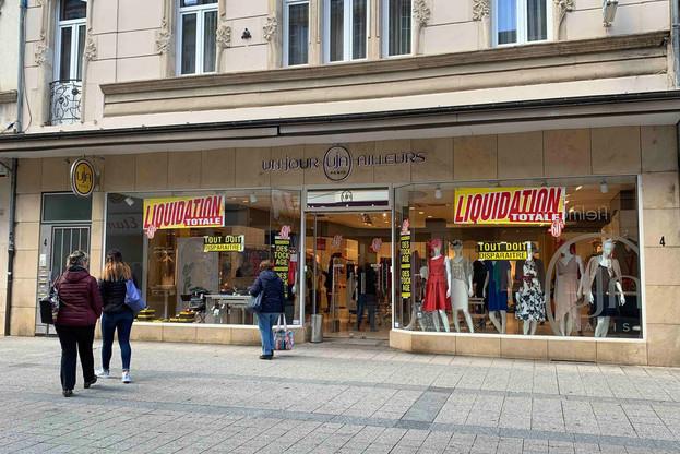 Les fermetures se multiplient dans le commerce notamment dans le prêt-à-porter comme l'enseigne Un jour ailleurs qui a trouvé un repreneur pour 200 de ses magasins en France, mais pas pour les autres, comme celui-ci à Esch-sur-Alzette. (Photo: Maison Moderne)