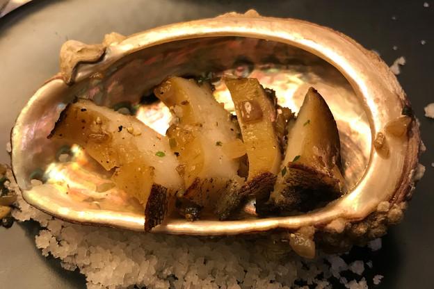 Taillé en fines lamelles et sauté en persillade, l'ormeau supporte très bien la cuisson. (Photo: Maison Moderne)