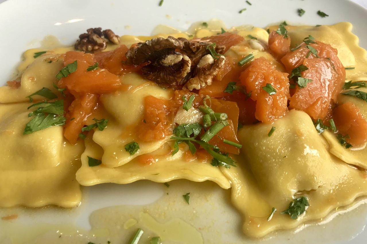Du potiron frais en tombée, de l'huile d'olive et des noix remplacent volontiers une sauce pour des ravioles au speck. Maison Moderne