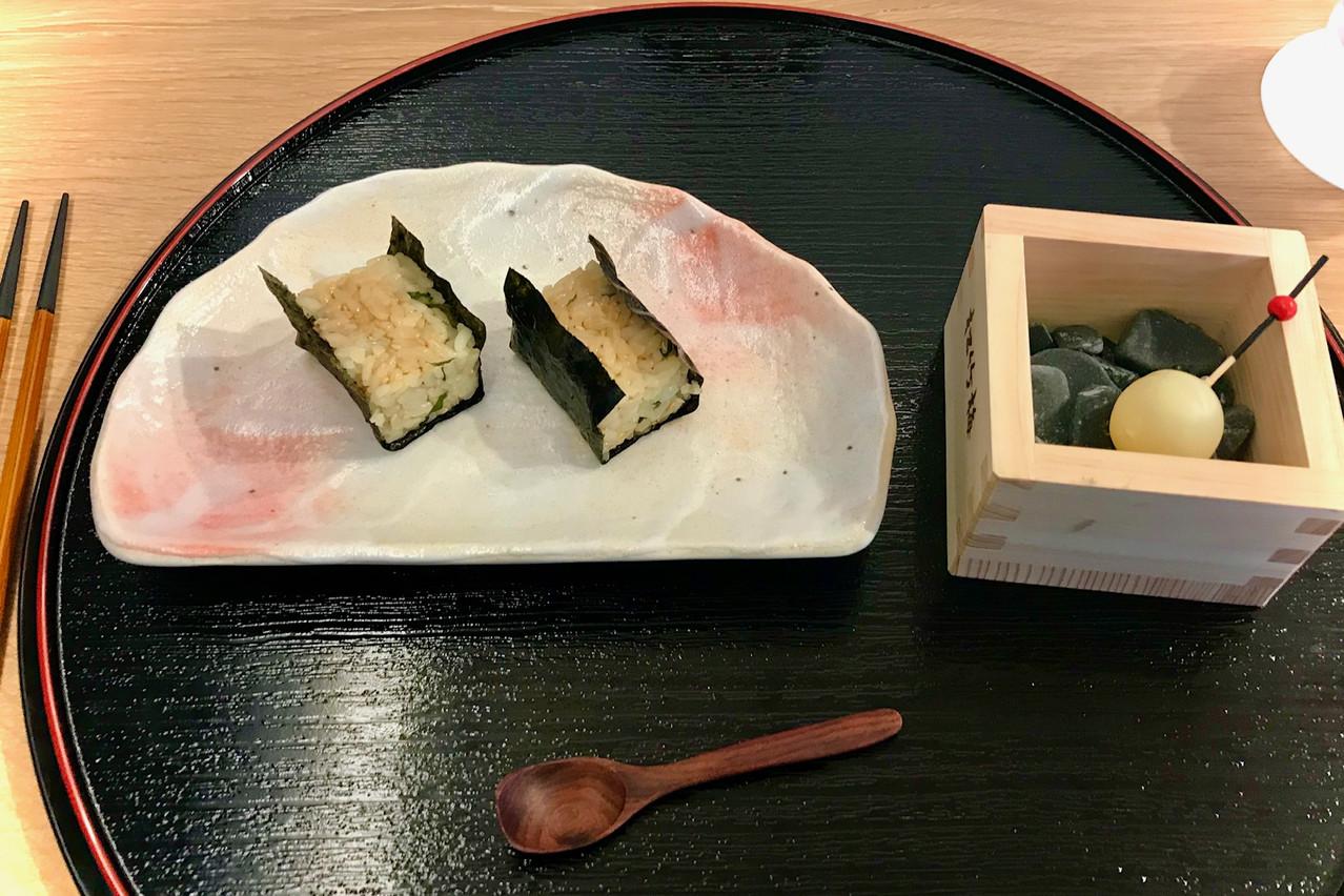 Rouleaux «makis» ouverts et bien iodés et bouchée chocolat blanc/saké surprenante.  Maison Moderne