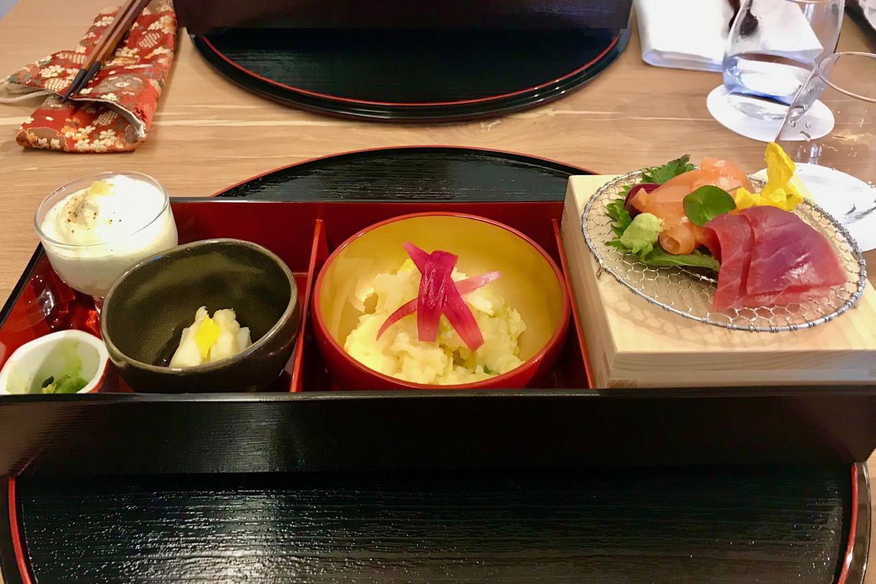 Un premier service bento froid le midi au Ryôdô avant la soupe miso. Maison Moderne