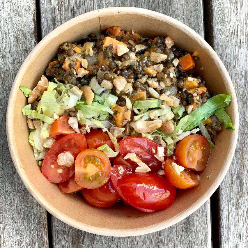 Beaucoup de gourmandise avec la salade végétarienne«Lentils Back to Root», mais les tomates pourraient être remplacées par un légume de saison local… Maison Moderne