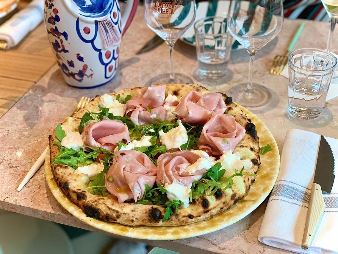 Comme au Strogoff, les pizzas du Comptoir Bohème sont très gourmandes et d'autant plus tentantes qu'on les voir sortir fumantes du four à bois… (Photo: Maison Moderne)