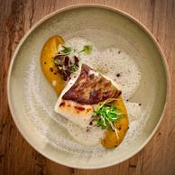 Dos de cabillaud cuit sur peau, velours de patate douce, vierge de citron confit au bouillon léger «thaï».  ((Photo: Maison Moderne))