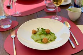 La crème d'asperges de saison et ses croustillants de foie gras, une des entrées fraîches proposées dans la formule terrasse des Jardins d'Anaïs. ((Photo: Maison Moderne))