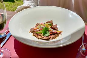 Tataki de bœuf très frais accompagné de légumes croquants, une des entrées fraîches proposées dans la formule terrasse des Jardins d'Anaïs. ((Photo: Maison Moderne))