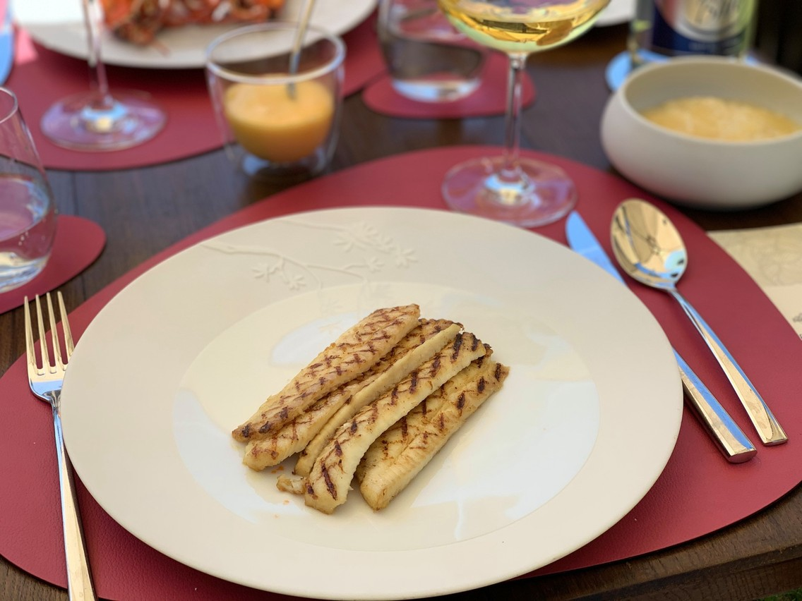 Une délicieuse sole grillée au barbecue: une des bonnes surprises du moment aux Jardins d'Anaïs… (Photo: Maison Moderne)