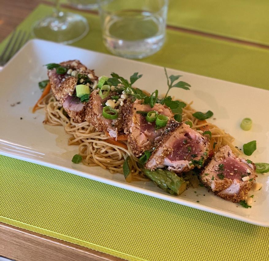 Mi-cuit de thon en croûte de sésame accompagné de nouilles asiatiques, une des nouvelles suggestions du Gourmet. Maison Moderne