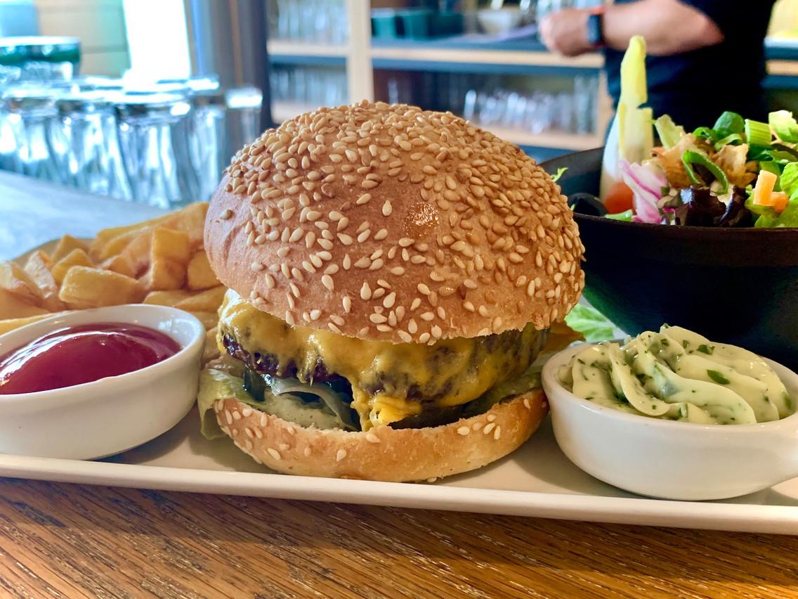 Le Gourmet Burger et sa mayonnaise maison. Maison Moderne