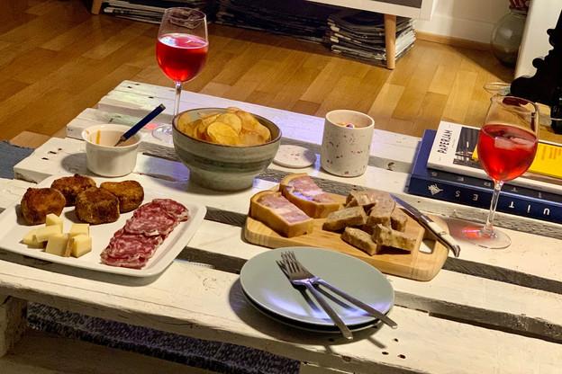 Chips maison, fromage et cochonnailles exceptionnelles: le plateau-télé du Lion d'Or porte bien son nom de Gueuleton! (Photo: Maison Moderne)