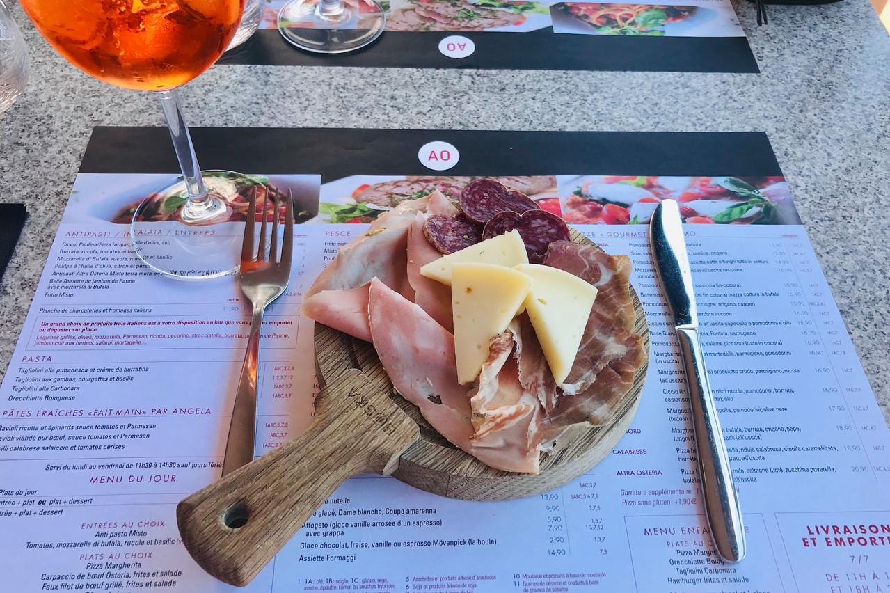 Pour démarrer la formule lunch à l'Altra Osteria, deux choix simples: un «antipasto misto» ou une «caprese». (Photo:Maison Moderne)