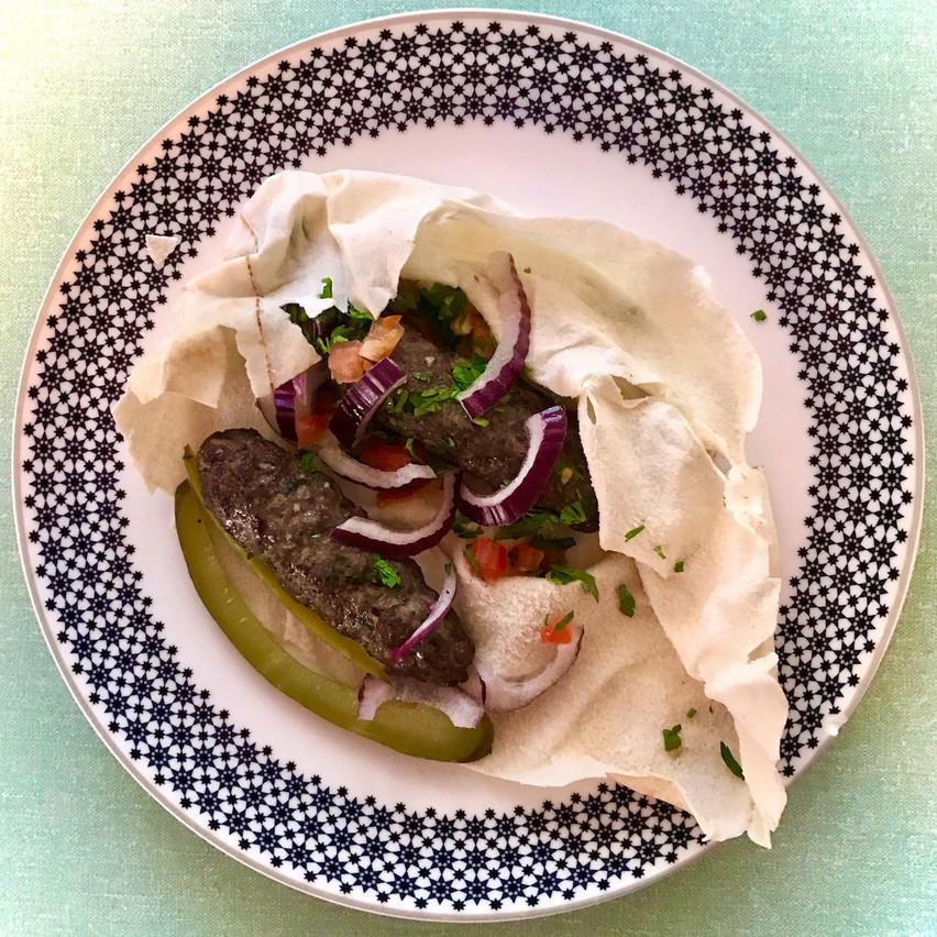 Kefta, persil et oignons rouges en plat principal chez Kitchen Leb. Maison Moderne