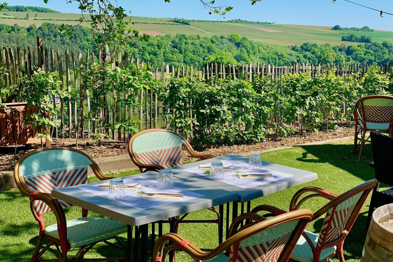 En plus de sa terrasse habituelle au pied du restaurant, la Koeppchen a réaménagé une partie de son parking pour créer une seconde terrasse avec une jolie vue sur les vignes… (Photo:Maison Moderne)