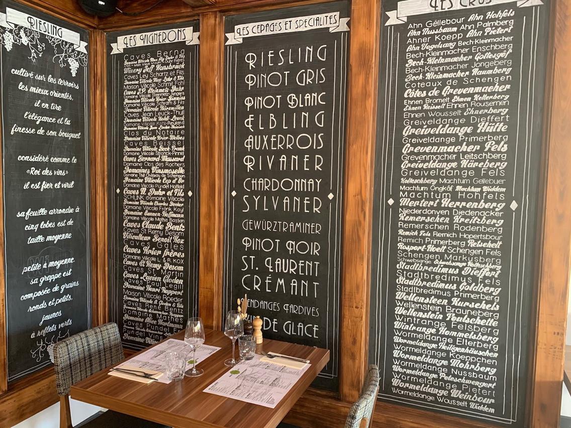 Un des éléments du décor, à l'intérieur du restaurant, donne une idée quant aux nombreuses références de vins luxembourgeois présentes dans la cave de la Koeppchen… (Photo: Maison Moderne)