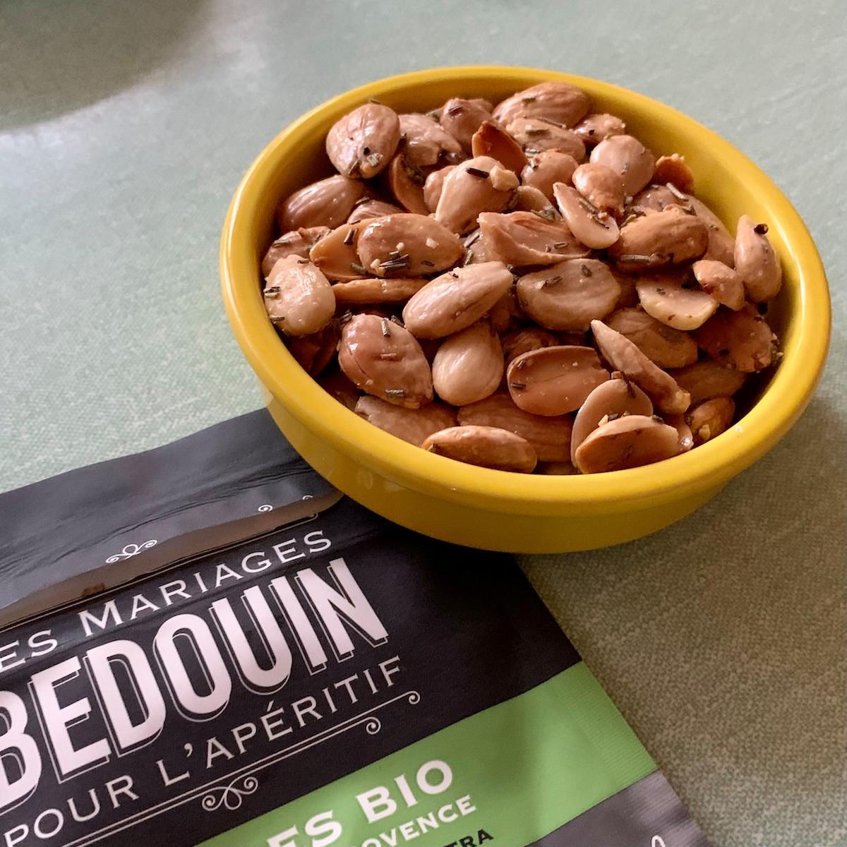 Les amandes bio «Les Mariages Bédouin» sont le snack parfait pour l'apéritif, que ce soit aux herbes de Provence ou au piment d'Espelette… (Photo: Maison Moderne)