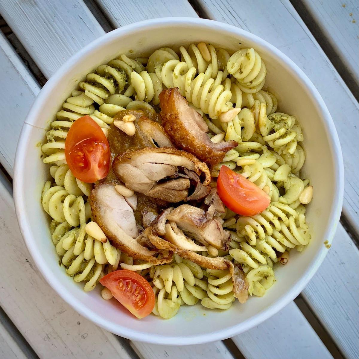 Simplicité et gourmandise bio à prix très abordable pour le plat du jour d'Alavita Kitchen, comme ici, avec desfusilli au pesto, pignons de pin et poulet grillé. (Photo: Maison Moderne)