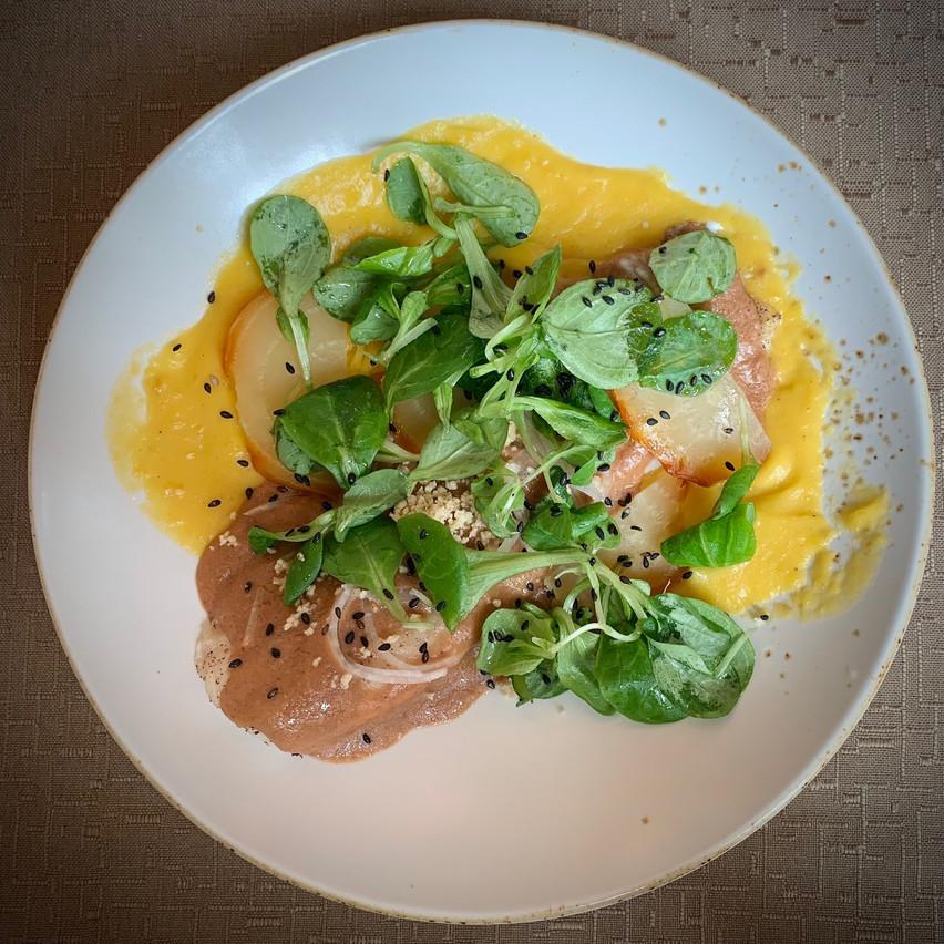 Filet de dorade au four, sauce aux arachides et tandoori, purée de potiron, betteraves rôties, navet et cresson. (Photo: Maison Moderne)