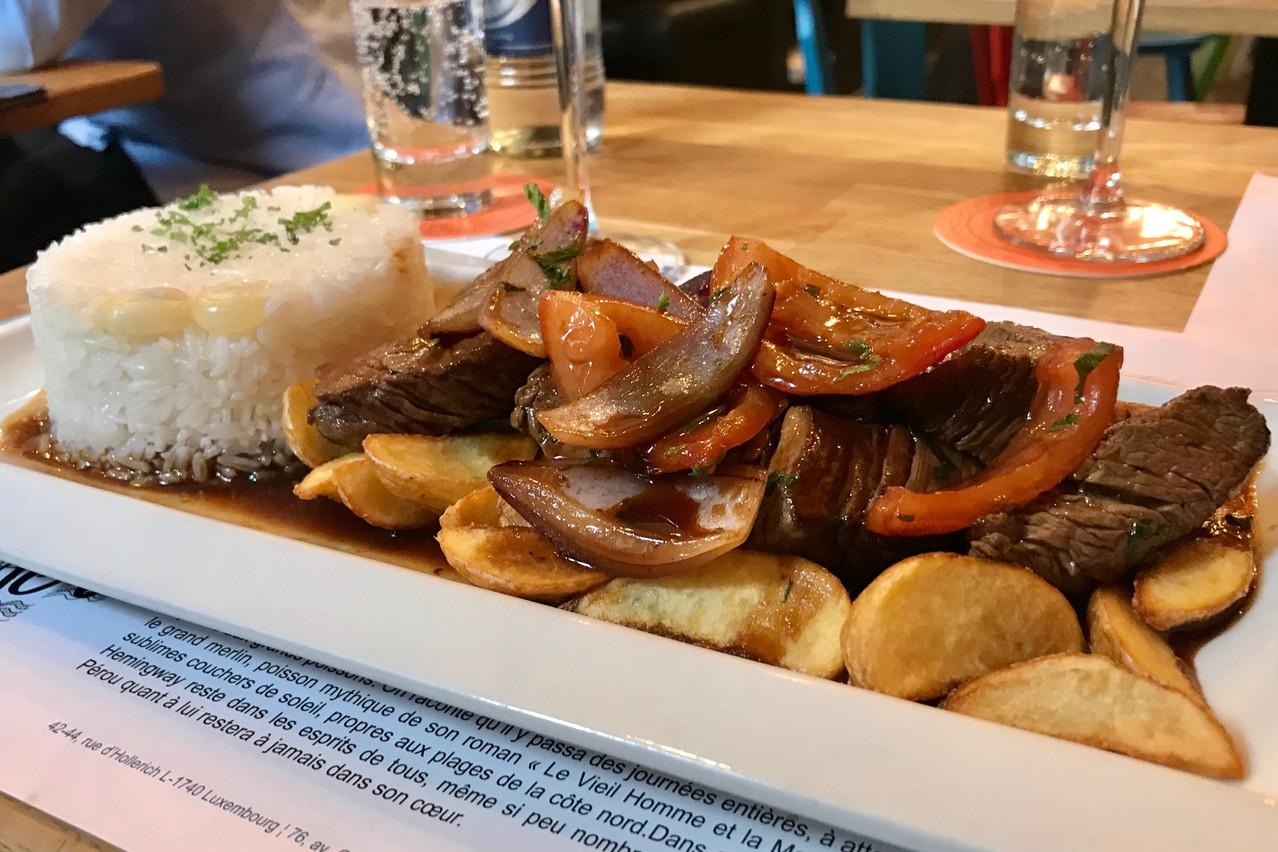 Lomo Saltado : des morceaux de filet de boeuf cuits au wok et à la sauce soja, oignons rouges et tomates fraiches Maison Moderne