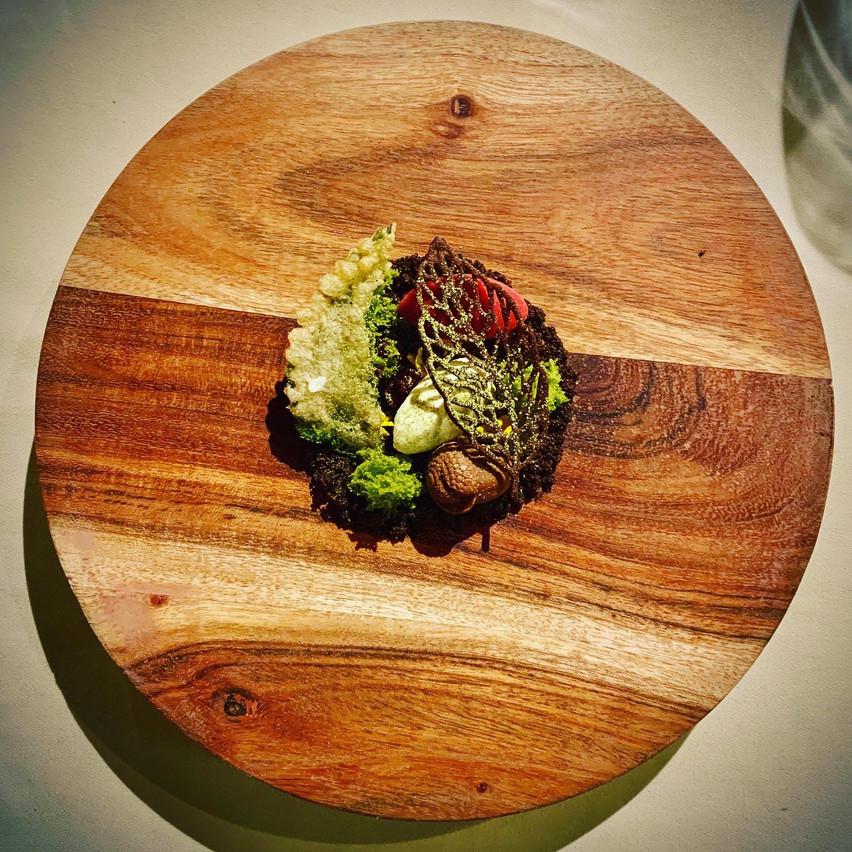 Parfait exemple de la cohérence du menu végétal de La Distillerie, avec l'interprétation d'une belle balade automnale en forêt. (Photo: Maison Moderne)
