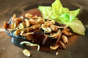 Foie gras grillé «Ubud», condiment indonésien, cacahuètes, chou. ((Photo: Maison Moderne))