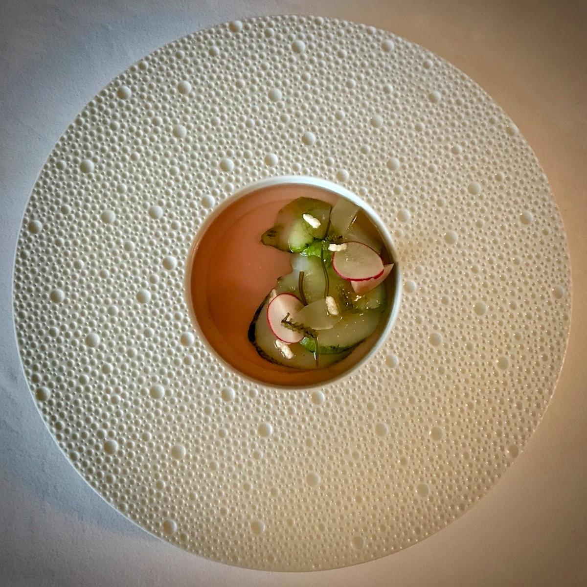 Crudo de Saint-Jacques au plancton et bouillon froid de radis. (Photo: Maison Moderne)