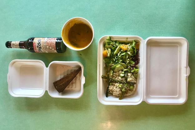 Se faire livrer du bon vegan en confinement, dans des contenants recyclables, c'est encore possible, entre autres grâce au Oak Bistro. (Photo: Maison Moderne)
