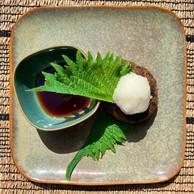 Boeuf wagyu en burger, condiment frais au radis daikon et sauce soja. (Maison Moderne)