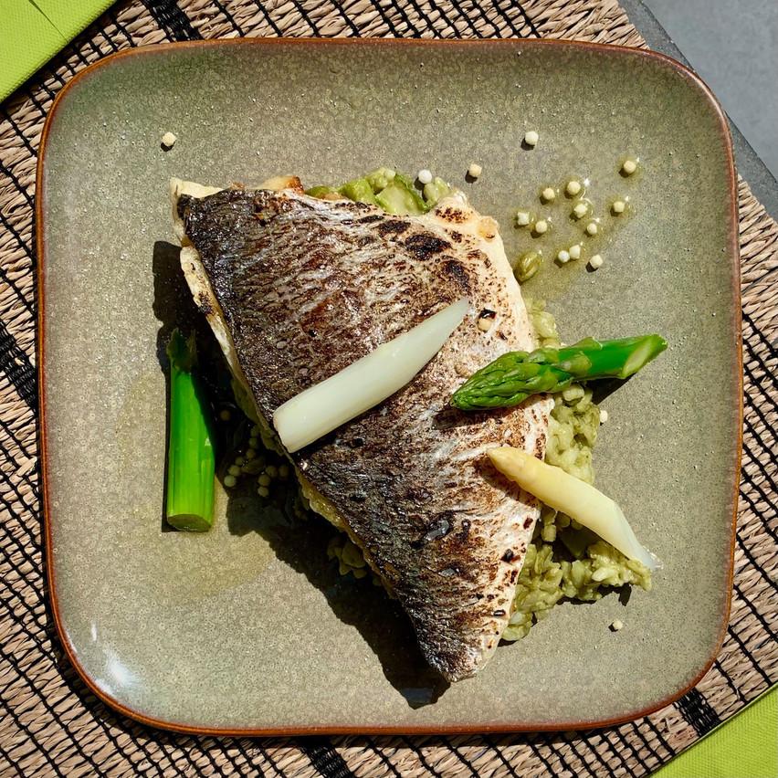 Daurade grillée accompagnée d'un risotto et d'asperges. Maison Moderne