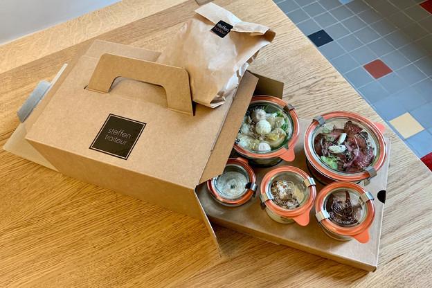 Une boîte individuelle en carton recyclé contenant un délicieux mélange de saveurs, des récipients et couverts recyclables ou réutilisables et un repas divisé en cinq plats distincts: voici la promesse de Steffen Traiteur pour sa nouvelle gamme de coffrets lunch. (Photo:Maison Moderne)