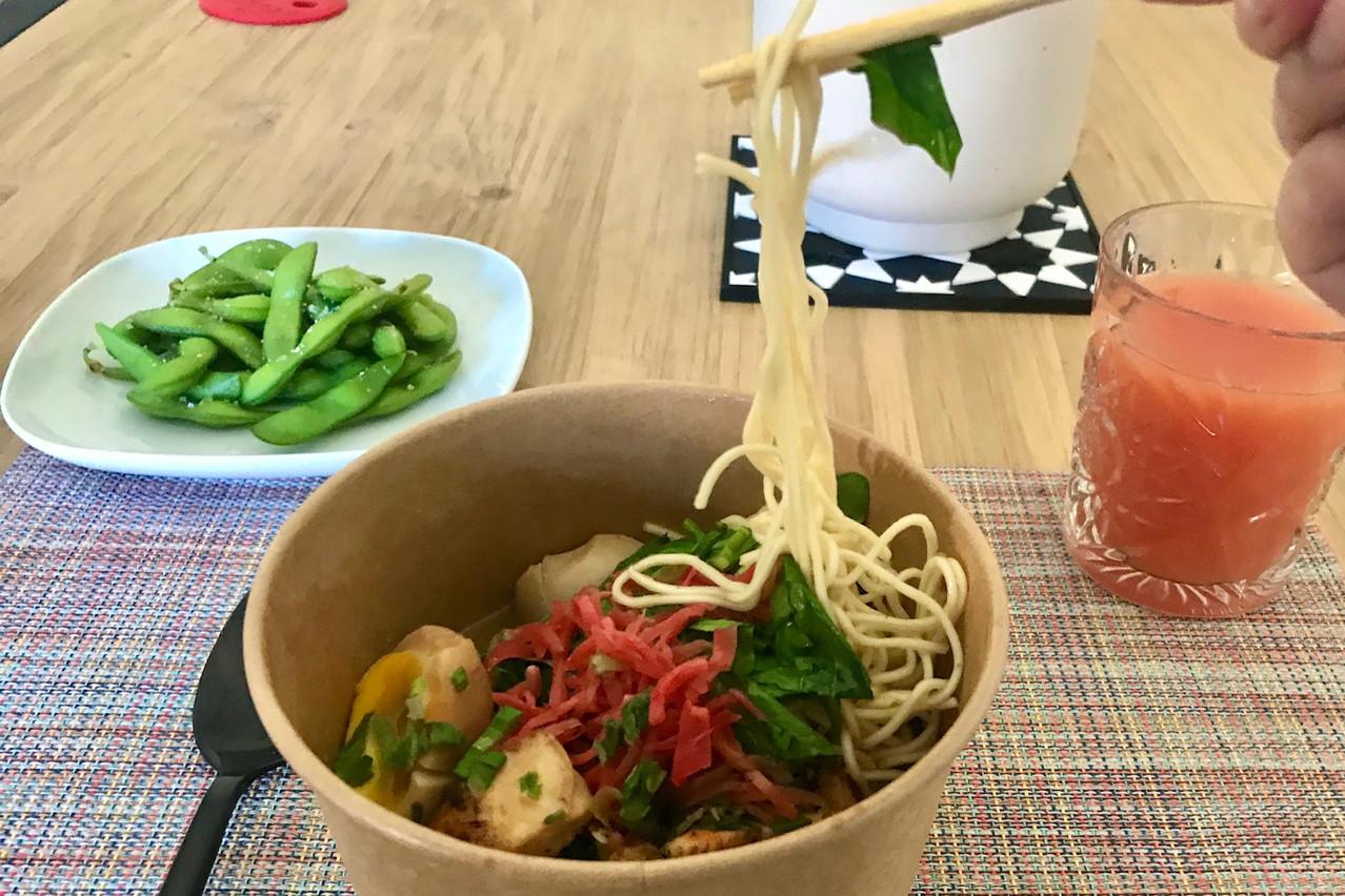 Des nouilles fraîches nickel, un excellent poulet grillé, des épinards frais, un œuf à la coque et du gingembre mariné: tout s'accorde savoureusement dans les ramens «Hakata Tonkotsu» Maison Moderne