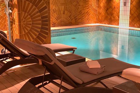 Un instant de calme en tout petit comité au bord d'une des seules piscines privées de la ville: un des atouts de charme de la nouvelle formule Relax & Savour de l'hôtel Le Royal! (Photo: Maison Moderne)