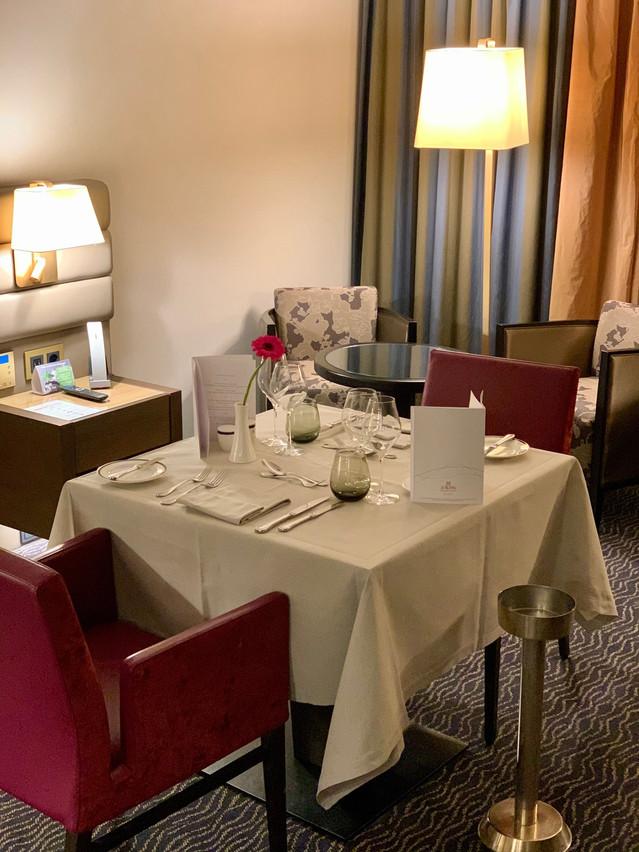 Caractère unique de la formule «eat & sleep» de l'hôtel Le Royal: une seconde chambre, où de la place a été faite pour une élégante table de restaurant, est allouée aux bénéficiaires le temps du dîner, en plus de leur chambre initiale… (Photo: Maison Moderne)