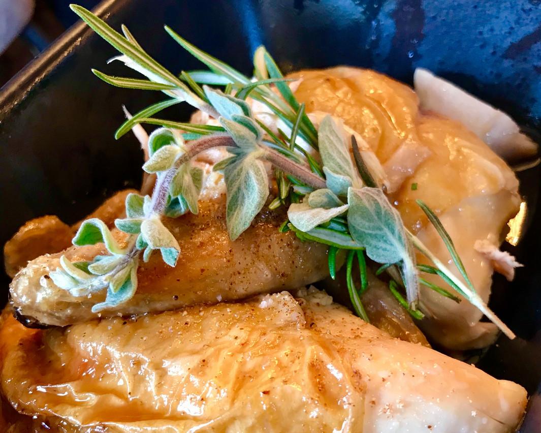 Un demi-poulet jaune des Landes rôti à point et assaisonné comme il faut, un choix à la fois évident et savoureux à la nouvelle Rôtisserie Ardennaise. Maison Moderne