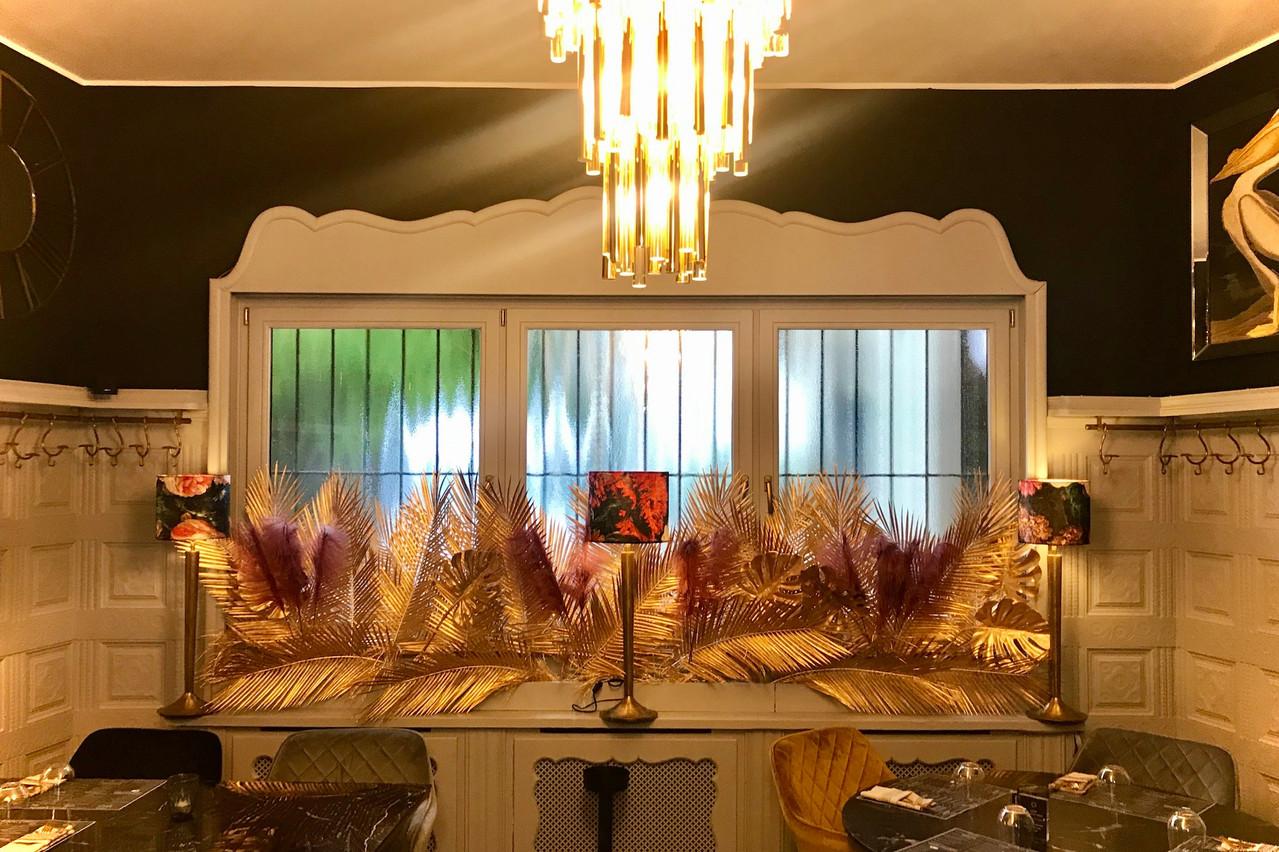 Le cadre de la nouvelle Rôtisserie Ardennaise fait la part belle à l'art déco, avec des dominantes de noir et or. Le mobilier confortable sent quant à lui les traquenards à plein nez! (Photo: Maison Moderne)