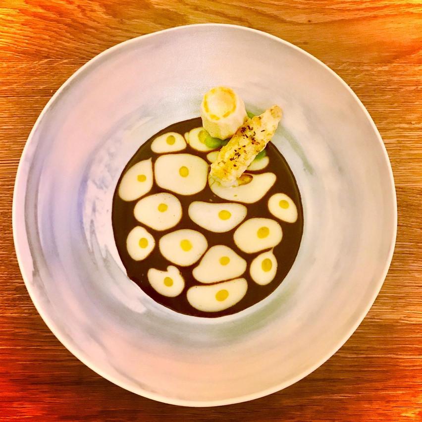 Langoustine, jus de riz vénéré et vin jaune, un superbe plat en trompe-l'oeil à La Paix de David Martin. Maison Moderne