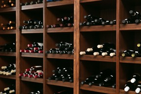 Dans la salle arrière de Papilla, la partie épicerie propose le plein de produits traditionnels italiens et de bons vins transalpins… ((Photo: Romain Gamba / Maison Moderne))