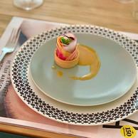 En entrée de ce second menu Tempo à emporter: un sablé agrémenté de ricotta, pignons de pin, légumes-racines et vinaigrette kalamansi, puis une petite charlotte d'asperges et saumon à la Rodenbach ((Photo: Maison Moderne))
