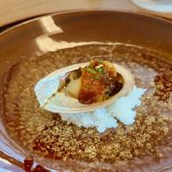 Lecarpaccio d'ormeau braisé avec sa sauce gingembre et ciboulette. (Maison Moderne)