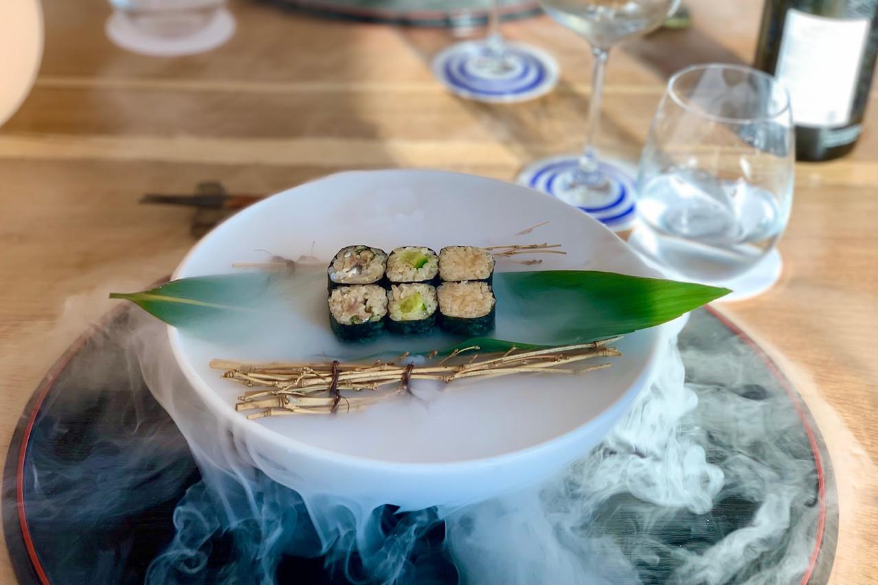 Trio de makis: sardine/shiso, mini-concombre, radis/ciboulette. Servi avec panache! Maison Moderne