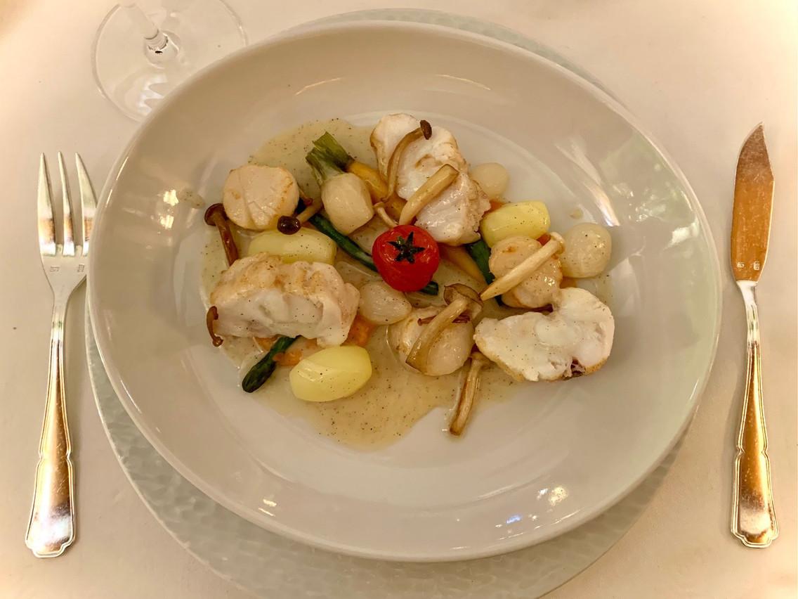 Duo Saint-Jacques et lotte marinée dans de la vanille, légumes et champignons: un très beau plat! (Photo: Maison Moderne)