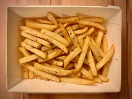 Si les entrées et desserts sont servis dans des contenants en plastique, du carton est utilisé pour les assiettes grill. (Maison Moderne)