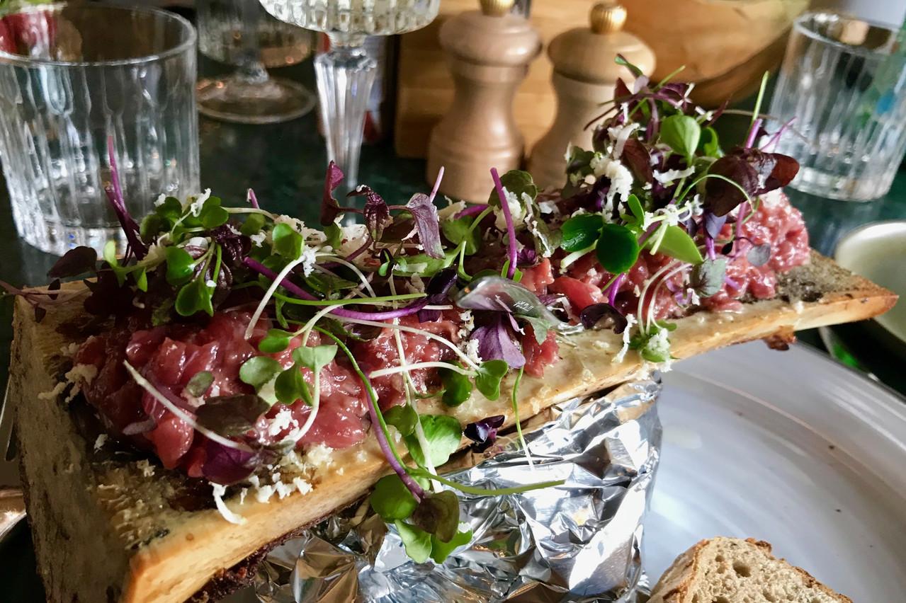 Tartare de bœuf sur os à moelle: Alerte entrée, canaille! (Photo: Maison Moderne)