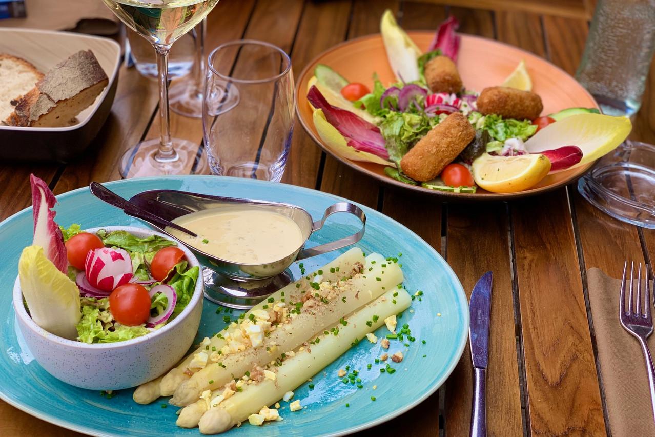 Les asperges en vinaigrette auBistrot Gourmand à Remerschen (et les croquettes aux crevettes, au loin…) Maison Moderne