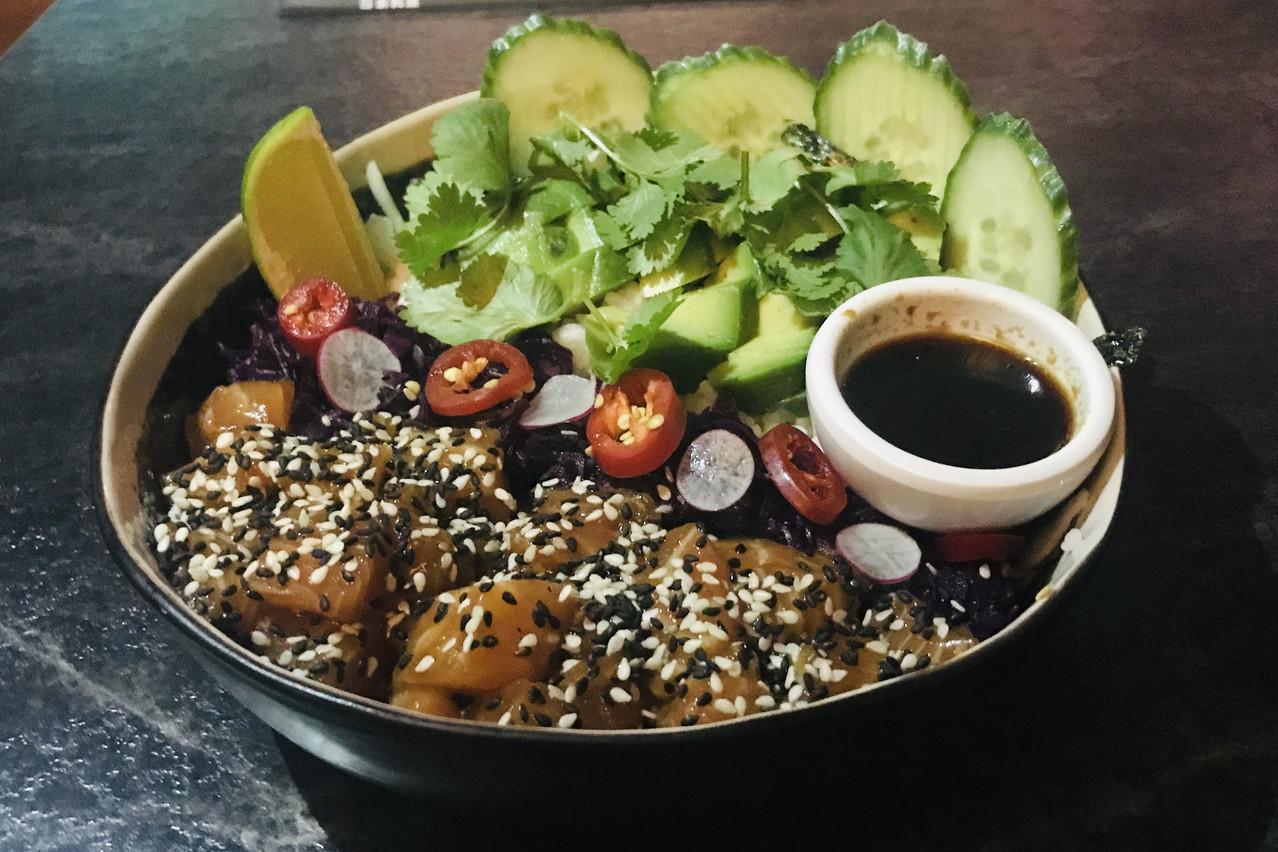 Saumon mariné, sésame à gogo, coriandre, piment, radis... Le poke bowl de l'Urban envoie du bois! Maison Moderne