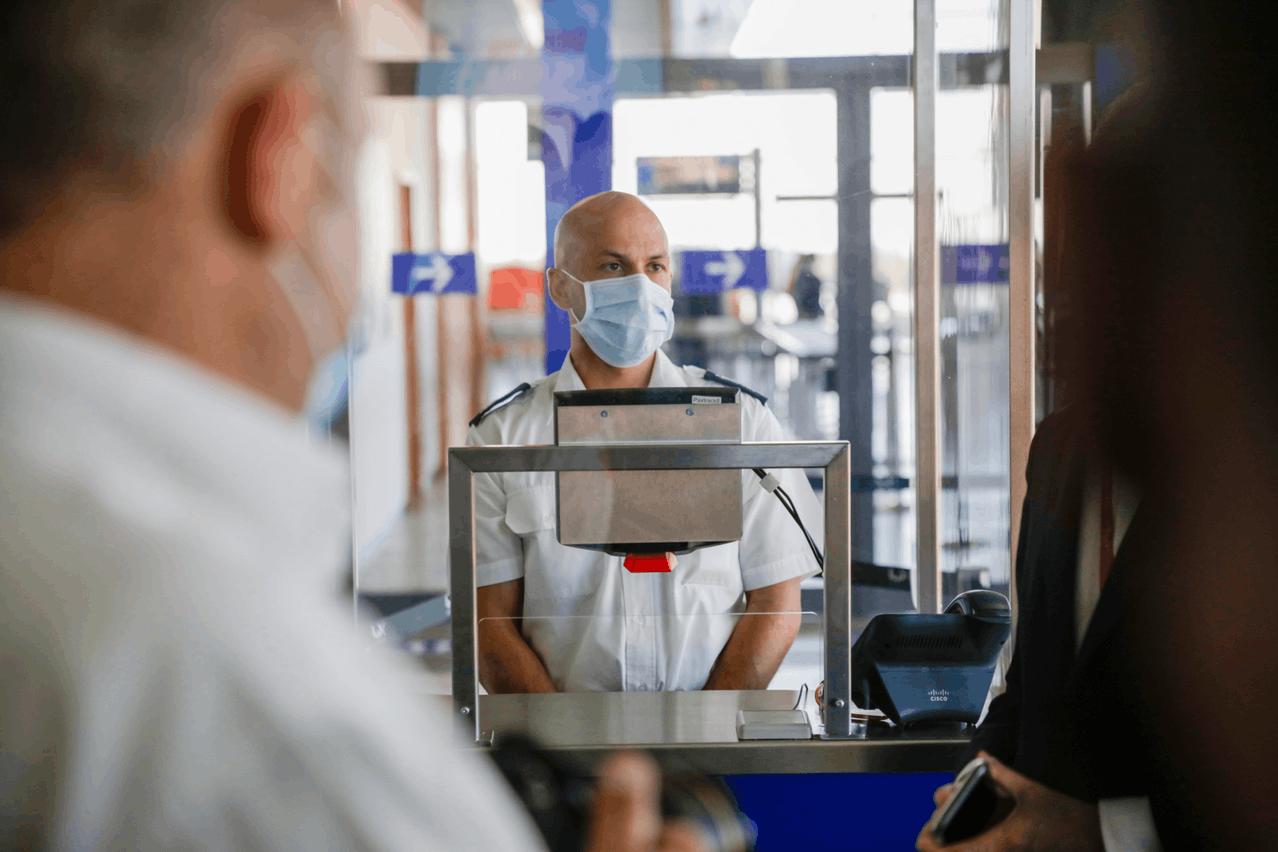 Le passager présente son téléphone ou son billet sous le scanner, sans entrer en contact avec l'agent. (Photo: Romain Gamba/Maison Moderne)