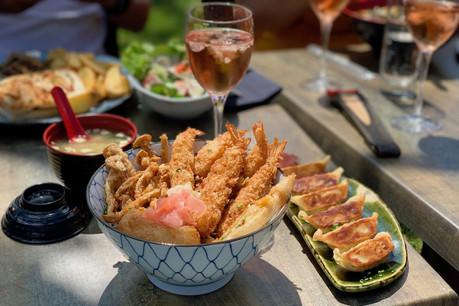 De savoureuses spécialités japonaises (dont l'imparable formule domburi ci-dessus), du rosé libanais bien frais, des oeuvres d'art, une terrasse verdoyante au coeur de Leudelange: Yabani ne manque pas d'atouts séduction! (Photo:Maison Moderne)