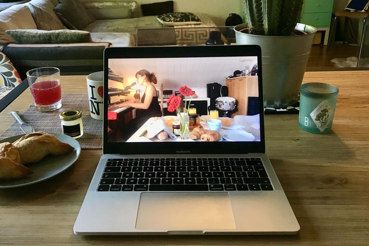 Jazz, café et petit bain font bon ménage en ligne grâce à Claire Parsons et Supermiro. (Photo: Maison Moderne)
