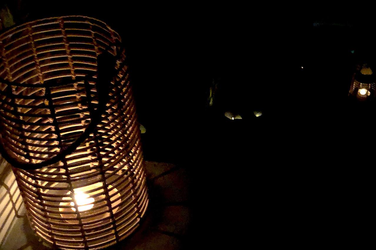 À peine quelques bougies pour s'orienter: le Kava plonge ses convives dans le noir pour une expérience gustative unique. (Photo: Kava)