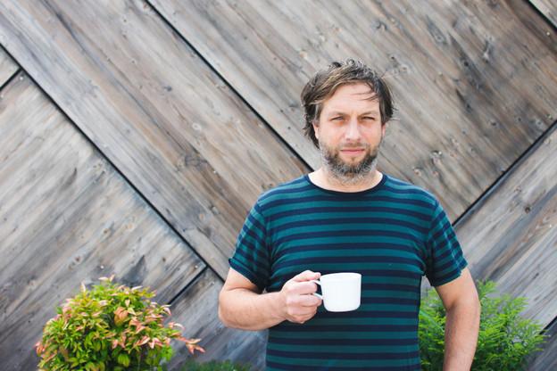 Derrière son flegme légendaire et son addiction au café, Marc Hauser est un vrai passionné de scène émergente et de festivals, dans lesquels il a construit au fil des ans une culture musicale qui en ferait pâlir plus d'un(e)! (Photo: Rotondes)