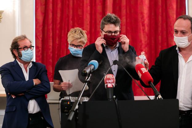 Les quatre partis de l'opposition ont convoqué la presse dans la précipitation mercredi matin, sans oublier les mesures sanitaires d'usage. (Photo: Matic Zorman / Maison Moderne)